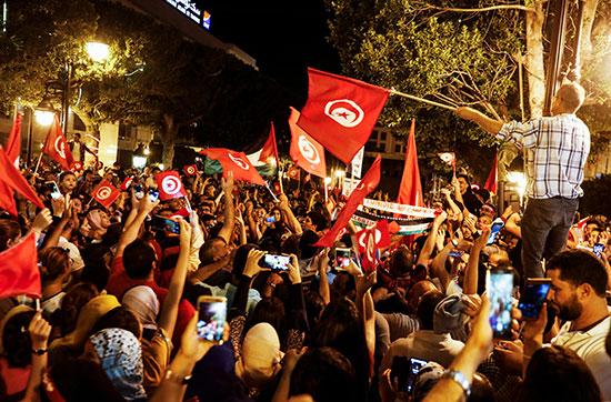 أعلام تونس ترفرف فى سماء البلاد
