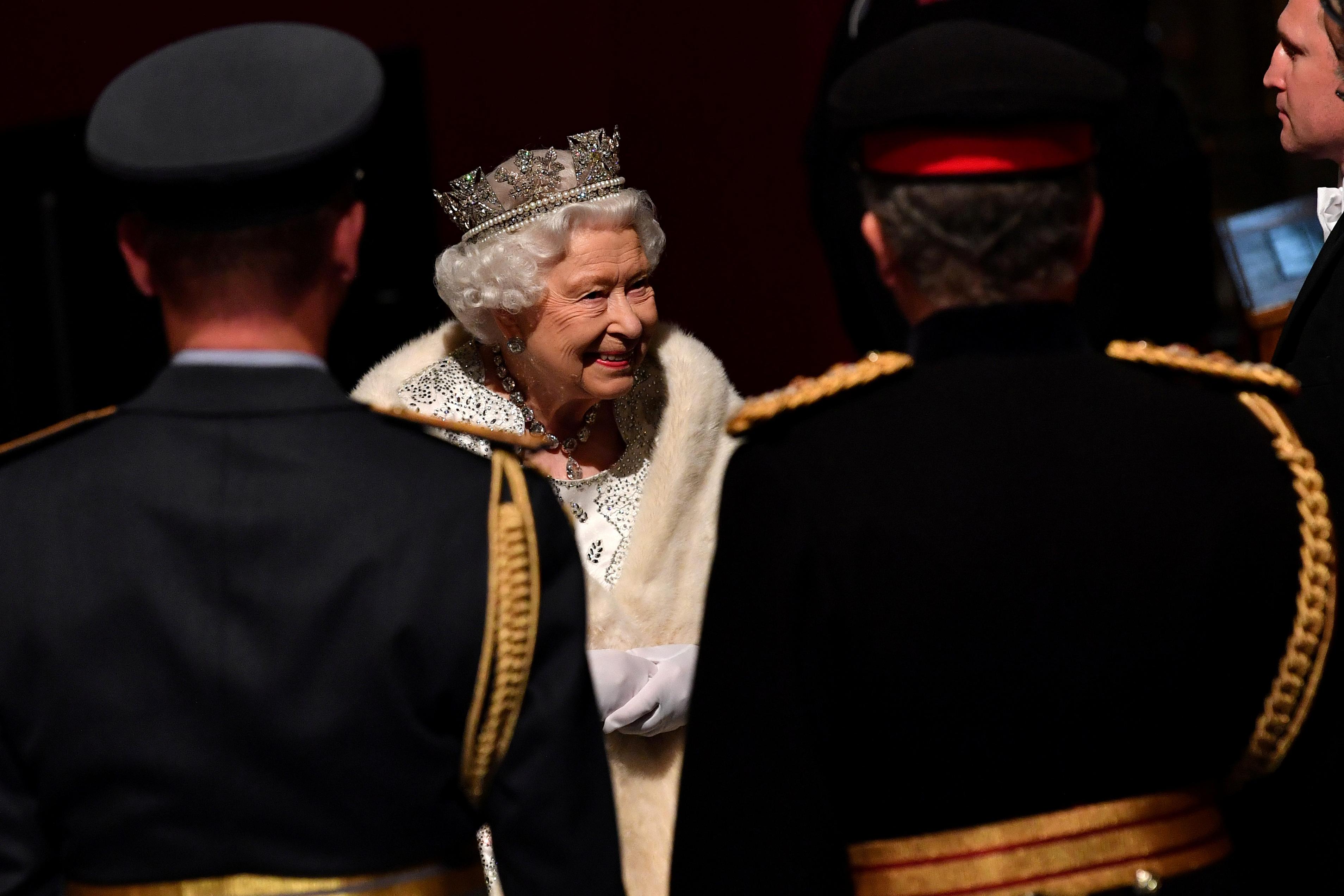 ردة فعل الملكة إليزابيث البريطانية وهي تحضر حفل افتتاح البرلمان
