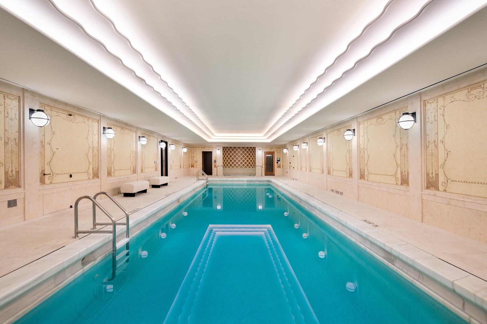 حمام السباحة بداخل المبنى