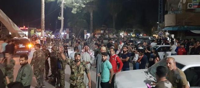 عناصر الجيش السورى وسط الاهالى على الحدود مع تركيا