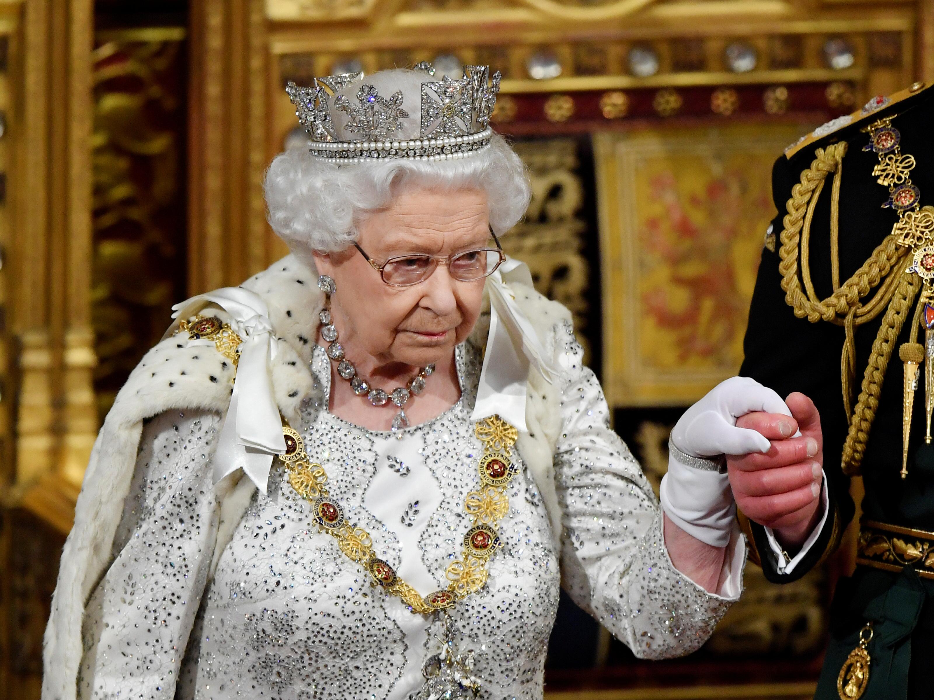 ملكة بريطانيا إليزابيث تغادر مع تشارلز ، أمير ويلز بعد إلقائها خطاب
