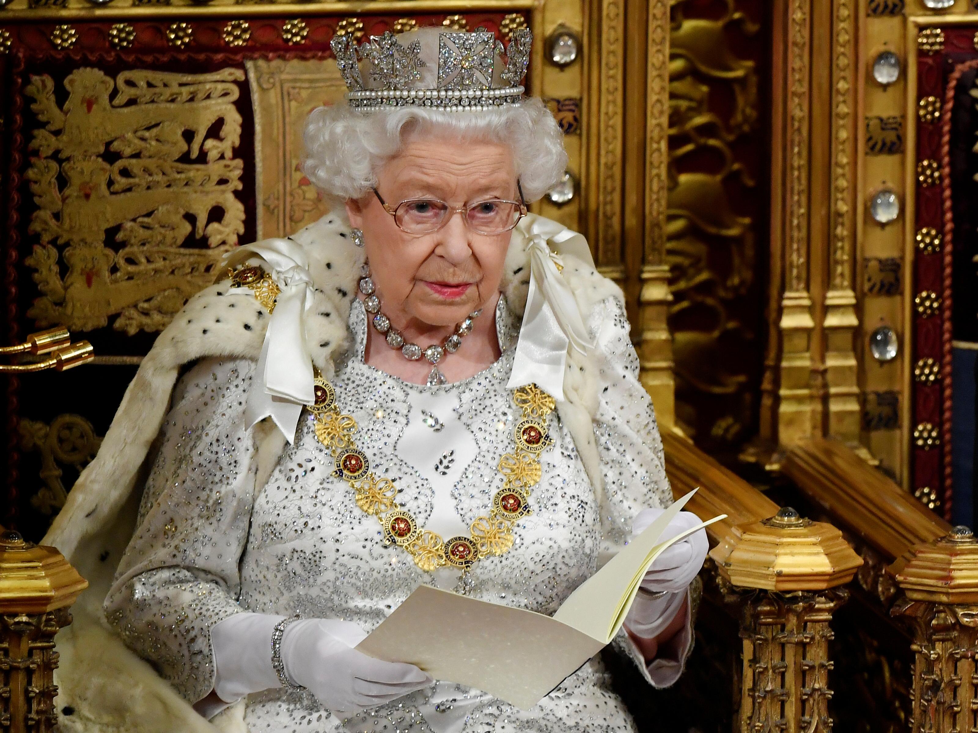 ملكة بريطانيا إليزابيث تلقي خطاب