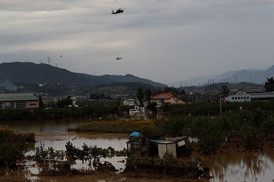 المروحيات تبحث عن مصابين