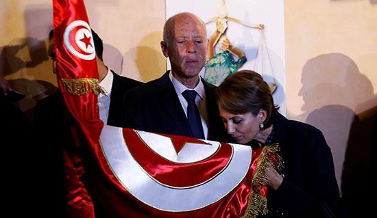 حرم الرئيس قيس سعيد تقبل العلم التونسى