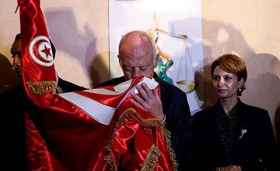 الرئيس التونسى الجديد يقبل علم بلاده