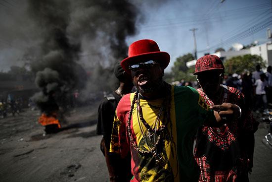 متظاهرون يشعلون الاطارات