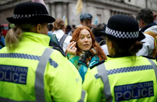 حديث-بين-ناشطة-وقوات-الأمن-البريطانية