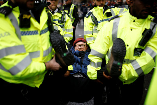 اعتقال-أحد-نشطاء-المناخ