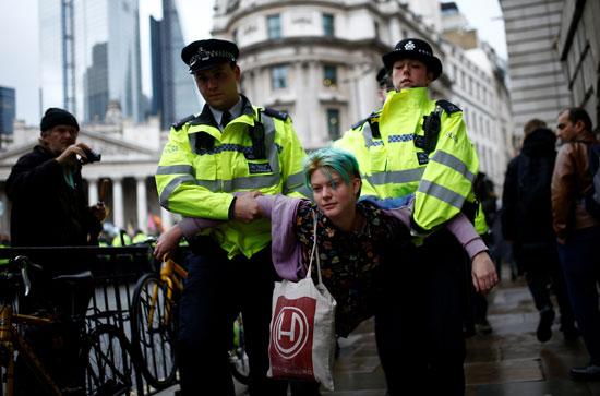 الشرطة-تعتقل-ناشطة-مناخ-بريطانية