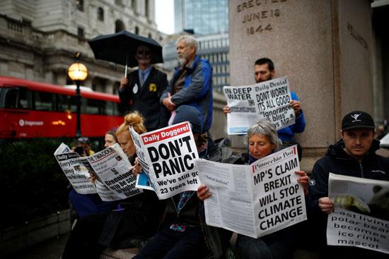 النشطاء-يتصفحون-عناوين-الصحف-حول-تأثيرات-التغير-المناخى