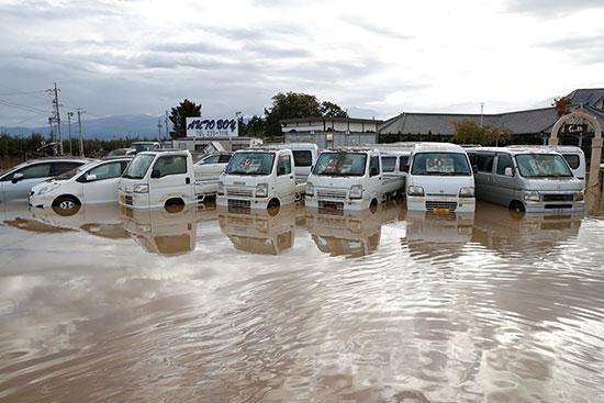 سيارات تغرق فى المياه بسبب الإعصار