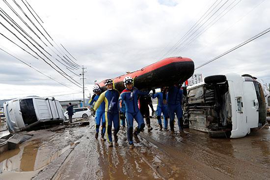 انقلاب شاحنات وسيارات بسبب الإعصار