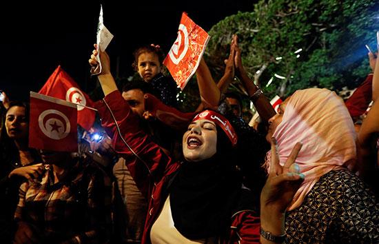 تونسيات يشاركن فى الاحتفال بالرئيس الجديد