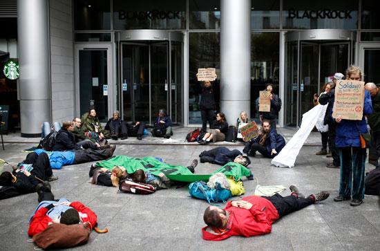 نشطاء-يستلقون-على-الأرض-كأحد-صور-الاحتجاج
