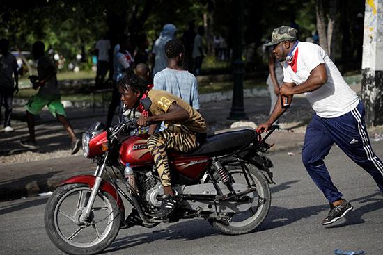 هروب متظاهرين من الغاز المسيل