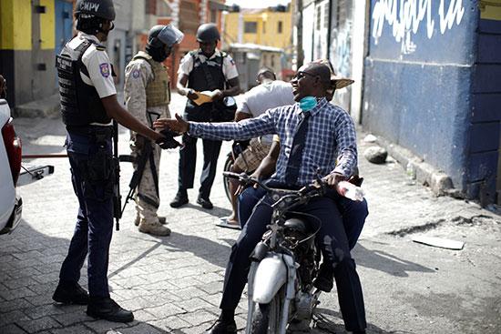متظاهر يصافح رجال الشرطة