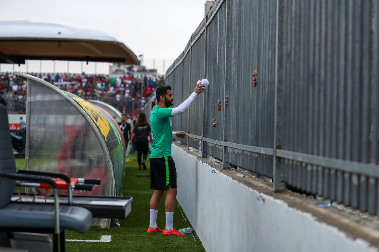 لاعب المنتخب السعودى يمنح مشجع فلسطيني قميصه