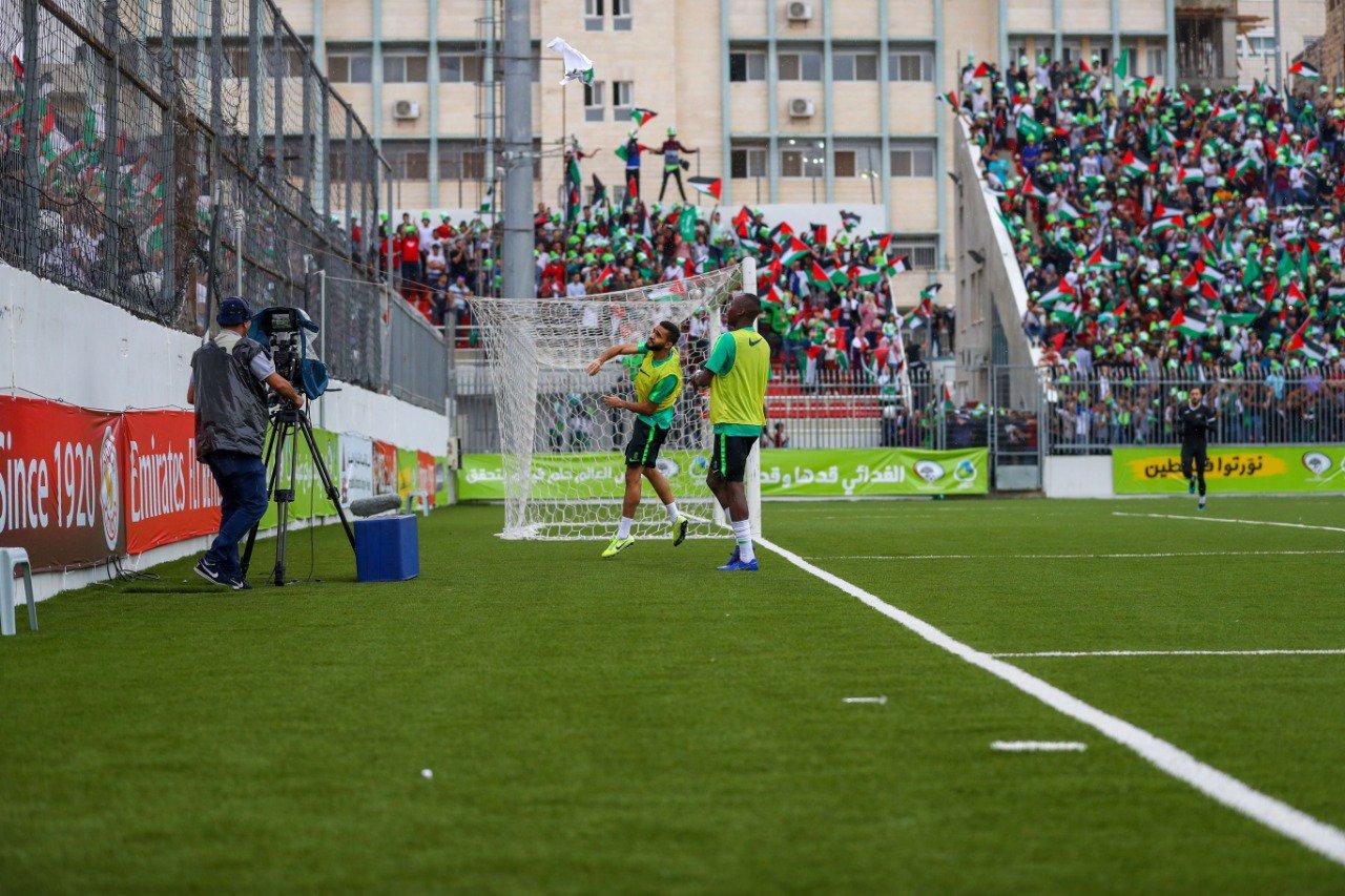 لاعبو المنتخب السعودى يمنحون قمصانهم إلى جماهير فلسطين