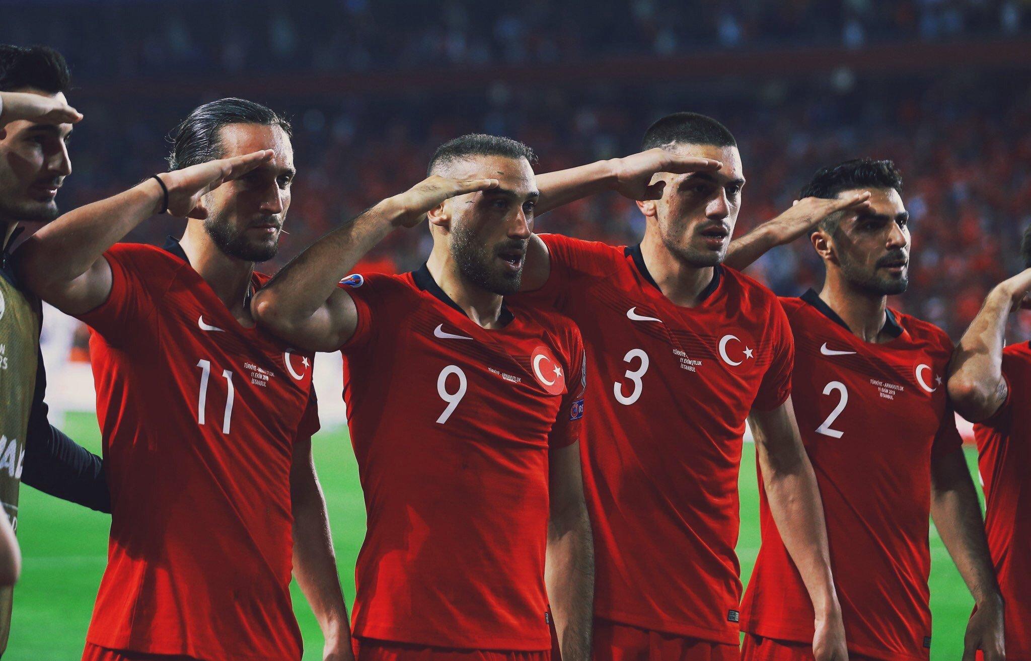 احتفال اللاعبين بالتحية العسكرية