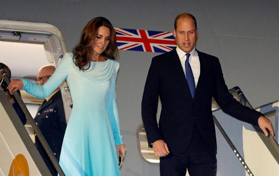 نزول الأمير وليام وزوجته كيت من الطائرة