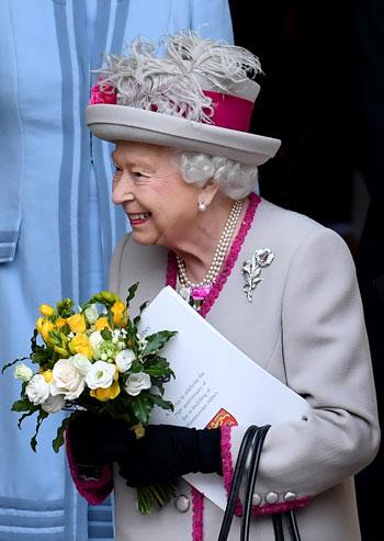 الملكة-إليزابيث-أمام-الكاتدرائية