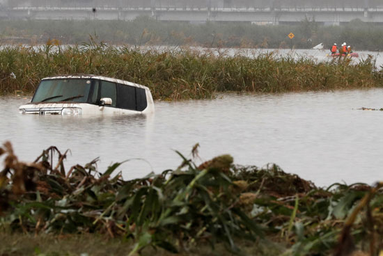 سيارة تطفو على سطح المياه