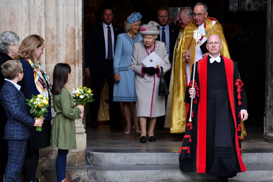 ملكة-بريطانيا-لحظة-خروجها-من-الكاتدرائية-التاريخيى