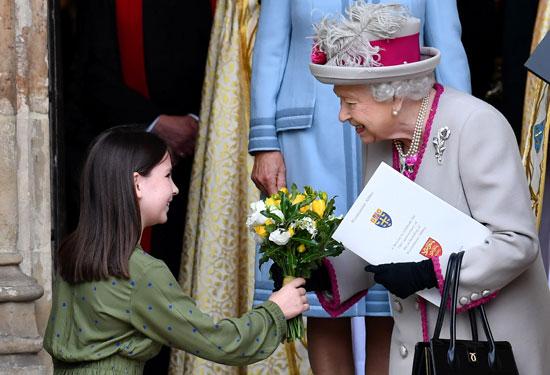 طفلة-تقدم-باقة-زهور-للملكة