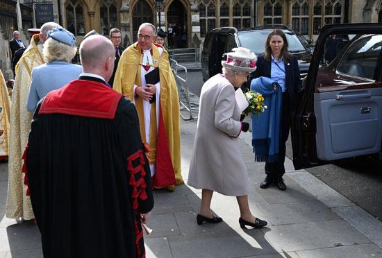 الملكة-إليزابيث-فى-طريقها-لسيارتها-بعد-القداس