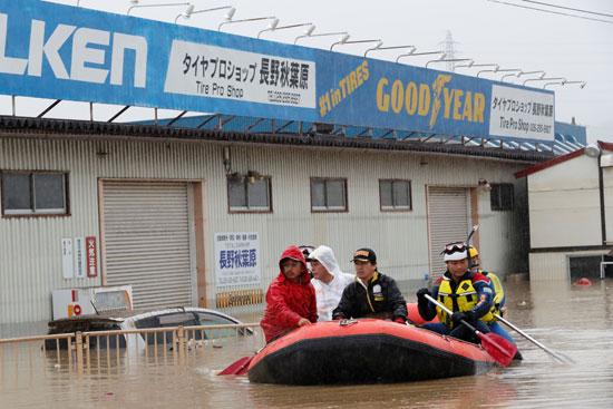 فرق الإنقاذ فى شوارع اليابان