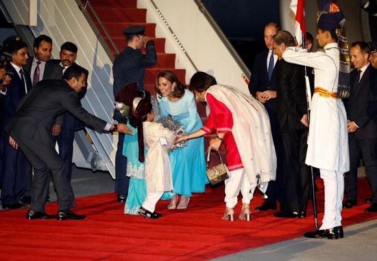 بالزهور استقبال الأمير وليام وزوجته