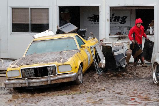 تحطم سيارة جراء الإعصار