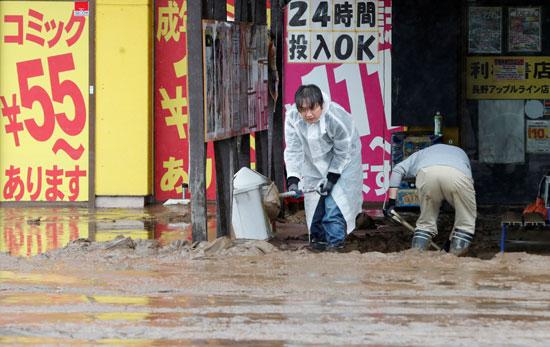 اليابانيون يحاولون التصدى للاعصار