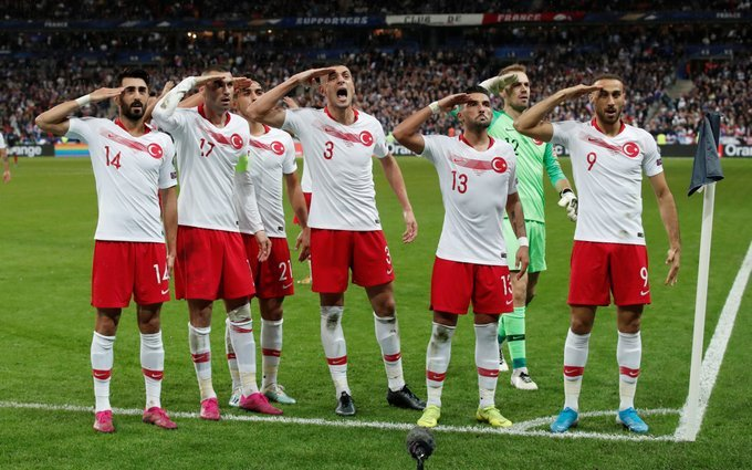 احتفال لاعبي تركيا