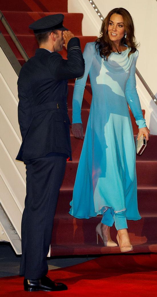 لحظة استقبال الأمير وليام وزوجته