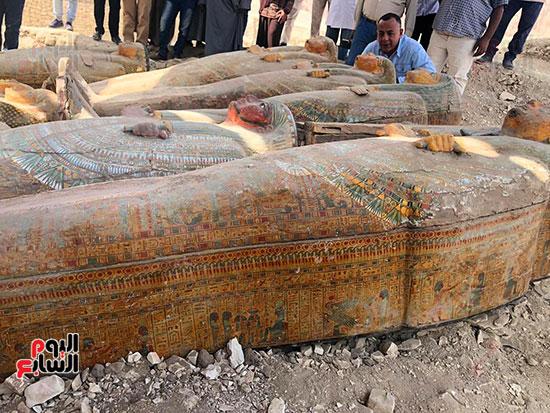 أمين-الأعلي-للآثار-رئيس-البعثة-المصرية-خلال-معاينة-الخبيئة-المكتشفة