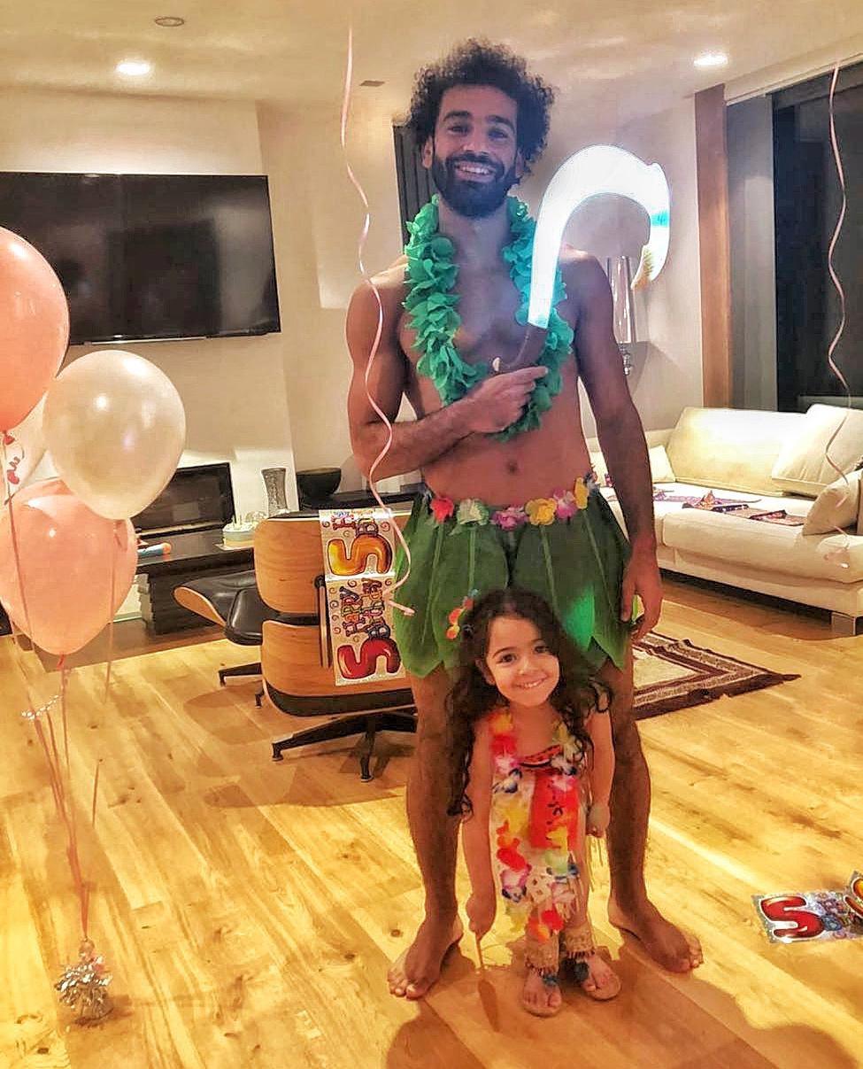 محمد صلاح يحتفل بعيد ميلاد ابنته