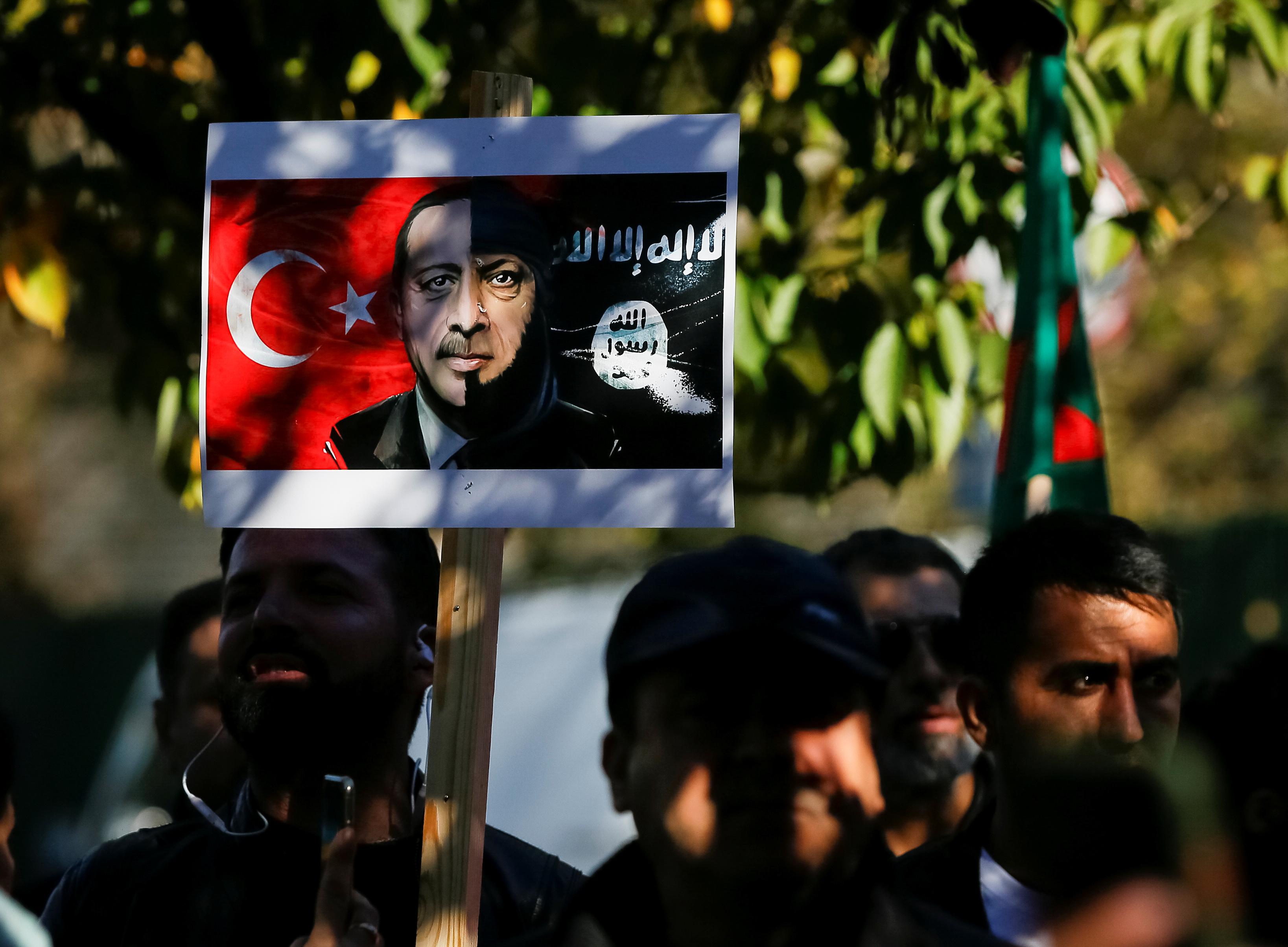 المشاركون يرفعون لافته تشير لدعم اردوغان للارهاب