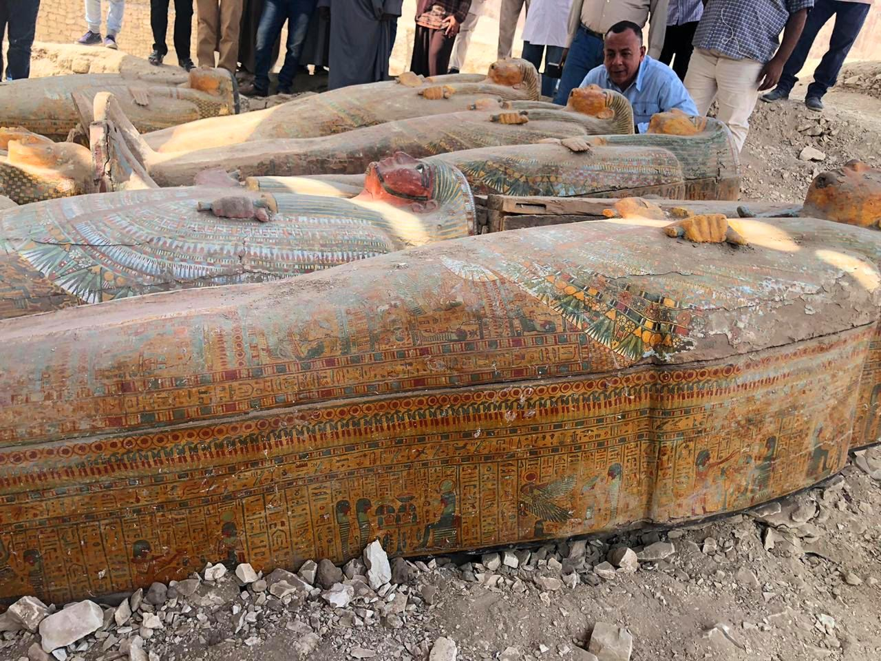 أمين الأعلي للآثار رئيس البعثة المصرية خلال معاينة الخبيئة المكتشفة