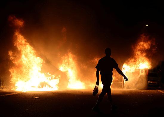 اشتعال النيران خلال المظاهرات