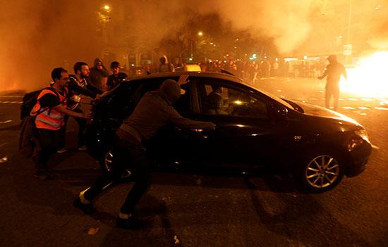 محتجون يتحامون فى السيارة