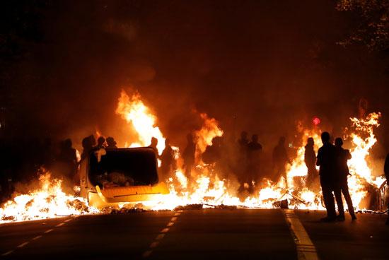 متظاهرون يضرمون النيران فى صناديق القمامة