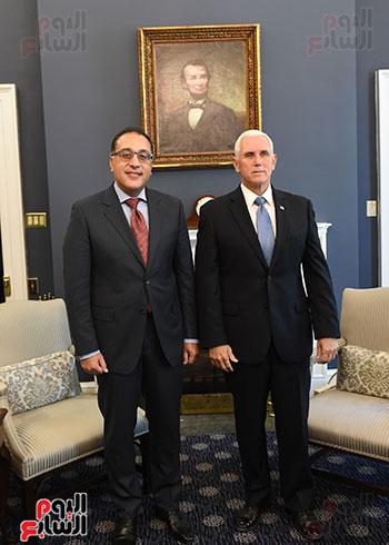 نائب الرئيس الامريكى و رئيس الوزراء المصرى يلتقيان صورة تذكارية على هامش اللقاء