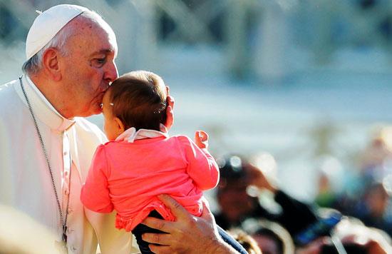 البابا-يقبل-طفل