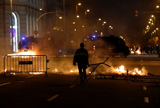 تظاهرات ليلية عنيفة