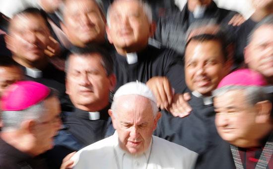 البابا-وسط-مجموعة-من-رجال-الكنيسة