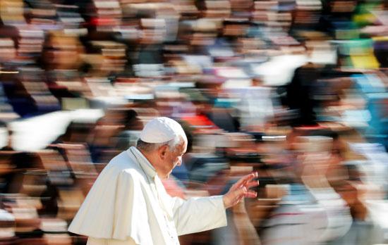 البابا-فرنسيس-يلوح-للحضور