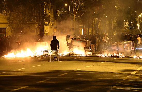 متظاهر أمام النار