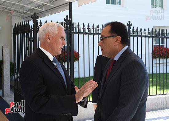 حديث جانبى بين رئيس الوزراء و نائب الرئيس الامريكى