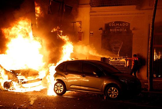 النيران تلتهم إحدى السيارات